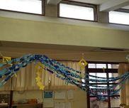 七夕会食の飾りに天の川を作りたいとい、子供たちが考え青と水色の輪つなぎで天の川を表現しました。