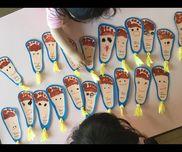 [足型しおり]3歳児画用紙、足型、マッキー、リボン
