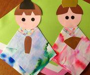 お雛様0歳児色画用紙・花柄の折り紙・障子紙〈手順〉障子紙に水性サインペンでなぐり書きをさせる。水と筆を用意し、好きな様に水を濡らせる。乾いたら、綺麗に見えるところを切り取り、着物にする。
