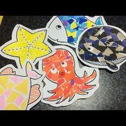 【皆で魚釣りゲーム】○4〜5歳児○室内、製作、あそび○夏1.画用紙に型を描いておき、そこに折り紙をちぎったり貼ったりして海の生き物を作って遊びます。2.できあがったものにクリップをつけ、割り箸と磁石で作った釣竿を使って、魚釣りゲームをを楽しみます。※折り紙は子どもに適当に選ばせてみても意外と綺麗に仕上がります。※対象の子どもによって、工夫をしてみて下さい。※大人が見本を見せてあげると、綺麗!といって喜びます。