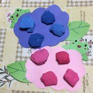 〜6月壁面制作〜あじさい土台・かえる→画用紙お花→ティッシュに絵の具で色をつけたもの