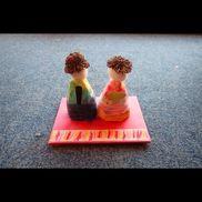 立体ひな人形(2〜5歳児)《土台》段ボール・画用紙《本体》発泡スチロール・浸し紙・毛糸《頭》羊毛・くぬぎ