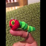 【はらぺこあおむしの指人形】対象年齢→1歳児から材料→デコレーションボール、カードリング、リリアン、針、糸、マジックペンデコレーションボールを糸で繋げるだけ!とても簡単に作れます!乳児さんとの一対一の関わりが楽しくなるようにと作って見ました!はらぺこあおむしではなく色々な色のデコレーションボールを使ってカラフルなあおむしを作るのもいいと思います!実際に6月の1歳児のクラスで使用しましたが、はらぺこあおむしの絵本の導入もあり大人気でした!大事に持ち歩く子もいれば、先生の真似をしようと指二本にはめたり、おままごとの食べ物を食べさせてあげたりしている姿に作った私も嬉しく思いました。簡単なのでぜひ作って見てください♬