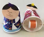 【動く紙コップひな人形】・紙コップ・布テープ(マスキングテープでも画用紙でもOK)・ストロー(パック牛乳用などの細いタイプ)・竹串・ペットボトルキャップ2つ・ビニールテープペットボトルキャップ2つをビニールテープでくっつけて穴を開けます。その穴にストローを通し、さらにそのストローに竹串を通します。紙コップに布テープを貼り、顔も貼ります(直接紙コップに描いてもいいです)。紙コップのふちに穴を開けて、竹串セットを通すと…動くひな人形の出来上がり!
