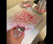 トイレットペーパーの芯をハート型に折り目をつけてスタンプがわりにして遊びました。水彩絵の具使いました。赤とピンクの可愛いハートのアートが出来ましたよ♪ちょっと芯の先がふやけてくると太めのハートになりました。そっちの方がハートがくっきり出てました。