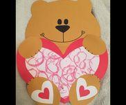 バレンタインの作品。2歳児。トイレットペーパーの芯をハート型に折り目を付けた物をスタンプ変わりにしてペタペタさせました。画用紙をハート型に切り取り可愛い台紙作って出来上がり。