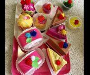 ケーキ屋さん チョコレートケーキ、ロールケーキ、ゼリー、いちごプリン、カップケーキ、ショートケーキ 空きカップ、セロファン、ポンポン、画用紙、毛糸、 花紙、折り紙
