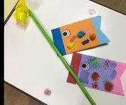 ペタペタこいのぼり2歳児お父さんこいのぼりは自分で破った紙テープと丸めた花紙をのりで貼りました。お母さんこいのぼりはスタンプ遊びをしましたよ!天気の良い日はこいのぼりを持ってお外でいっぱい走ってます( ˶ˆ꒳ˆ˵ )