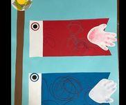 鯉のぼり製作1才児クレヨンで模様を描き、手型でしっぽにしました。目だまのシールを貼り、矢車もマスキングテープを貼っています。