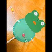 【カエルのでんでん太鼓】1歳児の保育参観の製作活動で親子で作ってもらいました!顔の表情は好きな表情を描いてみたり♪個性豊かなカエルさんのでんでん太鼓ができました!