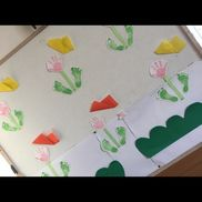 手形足形ピンク ブルーのスタンプ 画用紙 折り紙