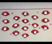 お正月の壁面装飾こちらにあるものをアレンジして作りました八つ切画用紙を蛇腹折り白い丸2つ、オレンジの丸1つ切るそれを台紙に貼り付け、桃の花を貼る