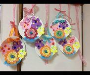 おめでとうの花束(3月お別れ会1、2歳児丸シール、色画用紙他、アルミホイル、おかずカップ、水切りネット、紙皿などキッチン用品も使って