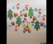 クリスマス制作❤︎0歳児は、トナカイのツノを手形や足形をスタンプしました(^O^)1歳児は、自由にクレヨンでお絵描きしたものをツリーの形に切り作りました(^O^)2歳児は紙コップに自分たちでハサミを使って折り紙を切ったのを貼り、顔も描いて作りました(^O^)