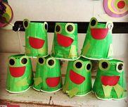 カエルのおもちゃ作り! 目等のパーツは両面テープで。 紙コップを重ねるとゴムの力で、ぴょ〜ん!!!とジャンプします♪