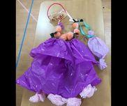 【ハロウィン衣装】・5歳児手作り衣装ティアラ・レースペーパー、絵の具(金)、ビーズ、ボンド、モール(2本)、セロハンテープスカート・カラーポリ、平ゴム、花紙、セロハンテープ、リボンキャンディポシェット・不織布、セロハンテープ、リボンカボチャネックレス・傘袋、花紙、カラーポリ(細く切ったもの)、セロハンテープ殆どが子どもたちの手作りです。作り方や見本を用意しておくと真似をしようと頑張って作っていました。
