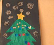 クリスマスツリー 2歳児 三角の折り紙を貼って、シールで飾り付け!周りにクレヨンで雪を描きました⛄️