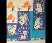【雪だるま】1、2歳児絵の具、画用紙、糊、丸シールたんぽで雪を表現。画用紙で雪だるま本体とパーツを用意し子ども達と糊で貼る。いろんな表情の雪だるまに仕上がりました。