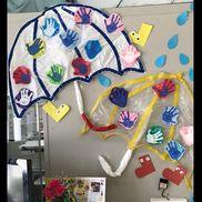 6月壁面  傘《2〜4歳児》ゴミ袋(半透明 透明 2種類)ビニールテープ折り紙 絵の具(手形)