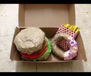 お店屋さんごっこハンバーガーにドーナッツ、ポテトのセットを作りました。美味しそうにできて満足。