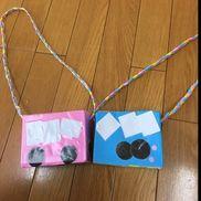 【お散歩バック】✩2歳児✩材料…画用紙、箱ティッシュ、ブッカー、肩掛け用の紐✩お散歩へ行く時にお花や小石や虫など好きなものを入れる事ができるように。紐の長さは斜めがけできるようになっています。ちょうど遠足の時期の制作だったのでバスにしてみました(・∀・)