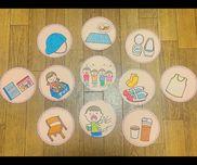 ✂︎生活・絵カード3歳児クラス絵カード→画用紙→色鉛筆でイラストを→縁はマスキングテープで貼り付け板→コルクボード※取り外しができるように絵カードの裏とコルクボードにマジックテープを貼ってます!生活の流れを自分達の目で見て動けるようになるために作りました!