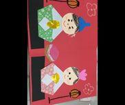 3歳児・折り紙製作*折り紙2色*のり*クレヨン・顔や帽子、飾りなどは事前に教諭が切って用意しておく。・折り紙は何種類か用意しておき、子どもがお内裏様とお雛様の服の模様を自分で選べるようにする。