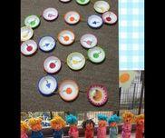 2歳児クラスすごろく。紙皿に果物の絵を描いて毛糸でつなげました。スタートからゴールまで、いろいろな果物のお皿を通っていきます。時々、◯◯のくだものまでジャンプとか、ひとつ戻るなどいれて。コマは自分用のお人形を紙粘土とヤクルト容器で作り、積み木などと組み合わせても遊んでます!サイコロは1から3までにして、早く進んですぐおわらないようにしました。5人くらいまでて、紙皿20枚、ほどよい時間で皆が終わり集中できました。