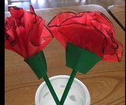母の日カーネション‼︎4歳児 年中組お花紙、折り紙、色画用紙お花紙を三つ折りにして、弧のように切り、切ったふちを黒のマジックで塗っていく。1枚1枚広げて、画用紙の台紙に花びらのようにクシュクシュっと貼っていく。折り紙で作った、茎を間に入れると、綺麗‼︎