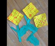 【菜の花製作】・4歳児(年中)①黄色の折り紙を4分の1に切る②それぞれ切り紙をする③オレンジの折り紙に貼っていく④茎、葉をつけて完成