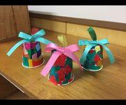 クリスマス製作 ベル3歳時テモテ組紙コップ・リボン・折り紙・片ダンボール・大きめの鈴