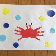 7月製作カニ見本は2歳の子どもの手です目はシール周りの色丸は海をイメージ、好きなところに貼らせてみようと思います見本は泡をイメージしてまわりに貼りました赤絵の具