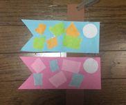 こいのぼり制作年中【せんせい】半分に折った色画用紙を9センチ×22センチに切るしっぽの部分を三角に切るこいのぼりの目1人4つ折り紙4種類半分で1人分茶色い画用紙幅5センチ 長さ約28センチに切る紐を切る【子ども】切って目を書く茶色い画用紙を挟んではる模様を貼る