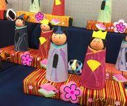 年中児のひな祭り制作ティッシュの空き箱に毛糸を巻き付け、プラスチックコップに和紙を巻きました和紙には絵の具を垂らして模様付けてます