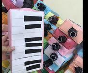 ピアニカのおもちゃ★ヤクルト容器を黒く塗り、先につまようじを通してティッシュ箱に固定周りを画用紙で包んで鍵盤をつければ出来上がり!
