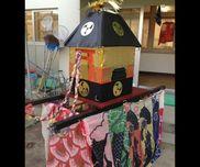神輿材料:ダンボール、画用紙、金厚紙、木材、こいのぼりこいのぼりをリメイクして神輿の幕にしました!うちの地域では地方祭が10月にあるのでこの神輿を年長児が押して引っ張り、後ろから赤ちゃんから一緒に練り歩きました。生粋の祭り好きの保育士だからこそこだわって作りました( ¨̮ )