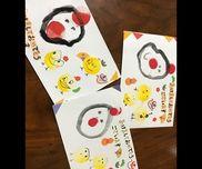 年賀状製作  4歳児絵の具の黒を薄めて墨汁っぽくしました。丸を描いてにわとりの体。赤の丸スタンプ(百均)で、とさかとひげ。黄色の丸スタンプでひよこ。目などを描き込んだら完成!同じく百均の和風シールで子どもたちがそれぞれ飾り付けしました。
