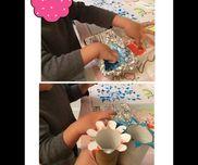 水彩絵の具でスタンプ遊びトイレットペーパーの芯をハサミで切り込み入れて花びらスタンプや星型スタンプなど作りました。折り曲げ角度によりひらひら部分がちょっと浮いてしまうと上手く押せないです。手が汚れるのを嫌がる子供でも楽しく集中して遊んでます。