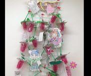 0歳児子どもたちがくしゃくしゃにした折り紙をイチゴの葉っぱにして笹飾りを作りました