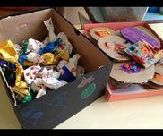 ハロウィンのキャンディとクッキー。クッキーには、絵の具でアイシング?した後、ビーズやストローをのせています。 また、クッキーにはバニラエッセンスをふりかけ、匂いをつけています。キャンディの入れ物も、子どものおばけの絵です。