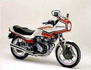 中古車価格は500万円!?ライダーから狂信的な人気を集めるホンダ CBX400F!
