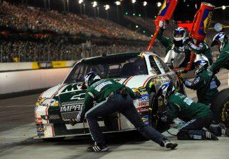 NASCARのチームスタッフになってピット作業の速さを競えるアプリが面白い!