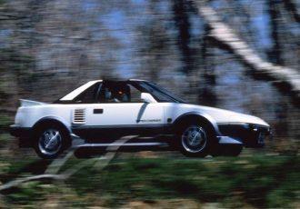 逆転の発想でカローラがスーパーカーに!?初代トヨタ MR2が画期的だった理由とは?