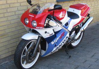 ランエボみたいなバイク!?レーシングマシンさながらのホンダ VFR400Rをご紹介!