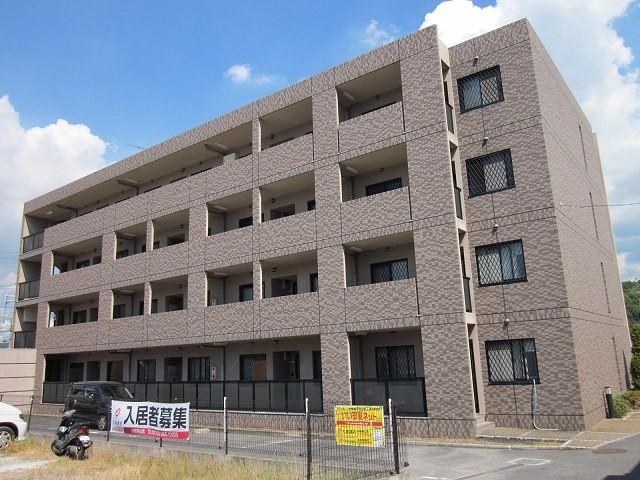 590342/鉄筋コンクリートの4階建てマンションです。