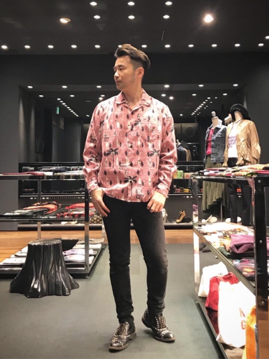 ラテンなノリでピンクシャツ