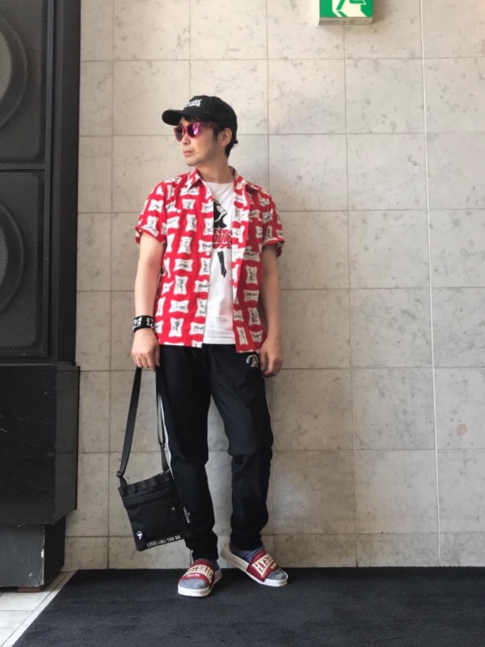 RED 柄シャツ