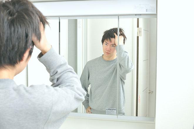 止まらない抜け毛を防げ! 抜け毛が起こる「原因」と「予防策」まとめ アイキャッチ画像