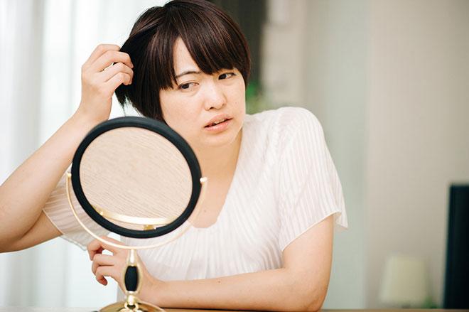 更年期の抜け毛の原因は女性ホルモンの乱れ!女性の抜け毛対策と予防法は? アイキャッチ画像