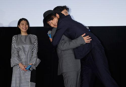 抱き合う岡田将生